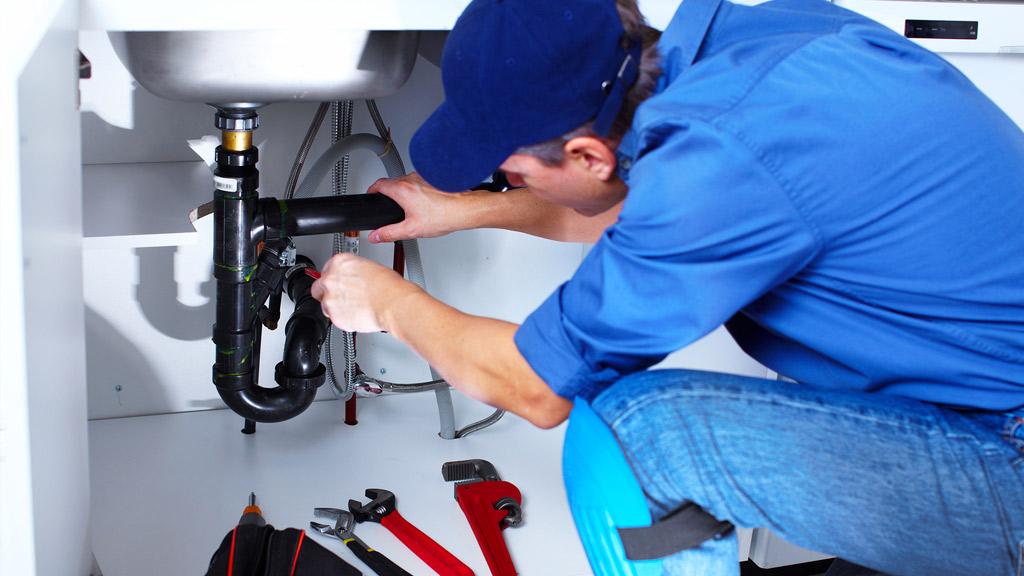 Cómo reparar una gotera en tu grifería
