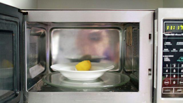 limpiar-el-microondas-con-limon