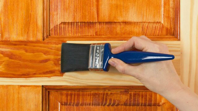 como barnizar puerta madera