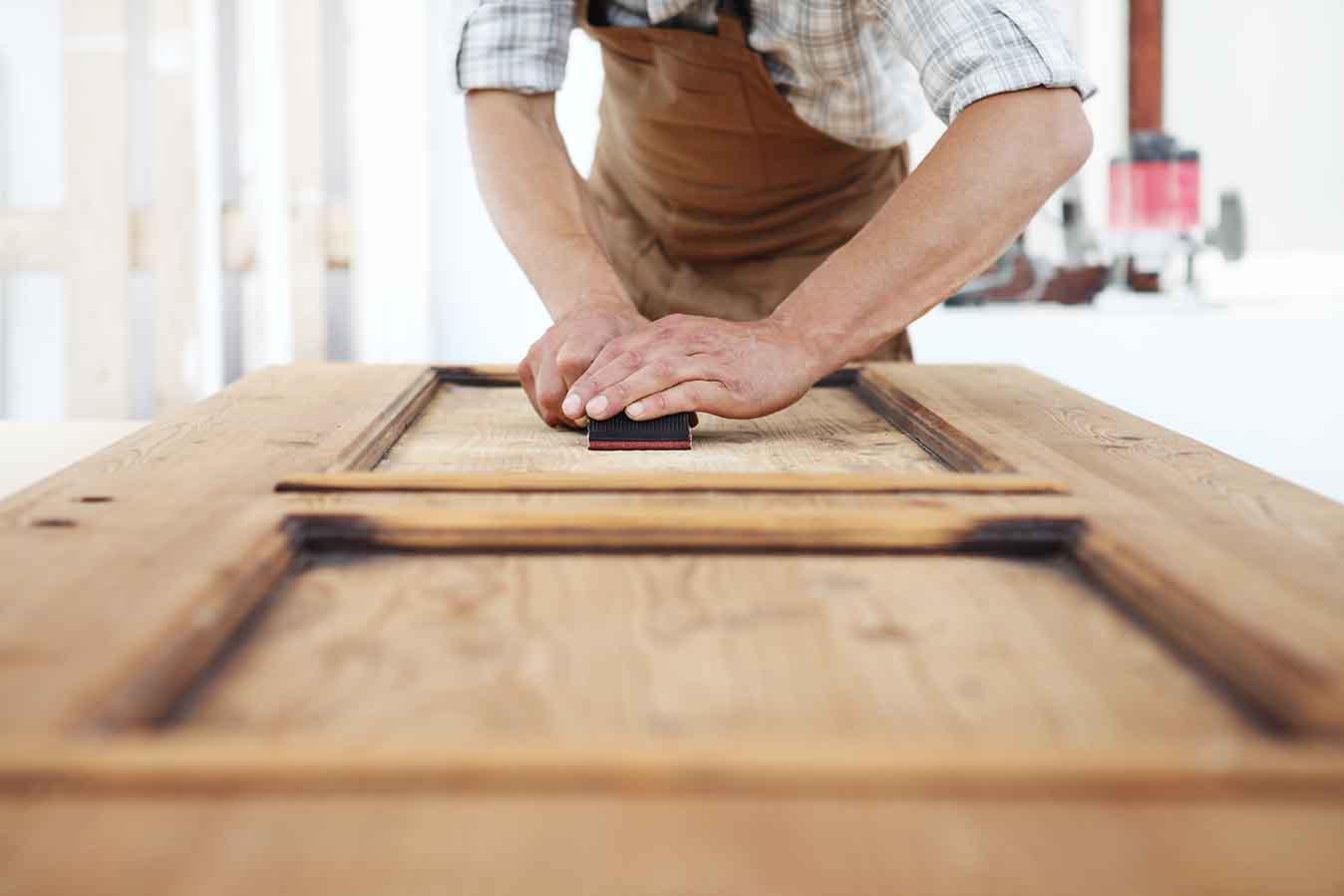 Pinte la puerta de su hogar como un profesional