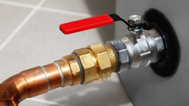 Por qué no sale agua caliente del boiler