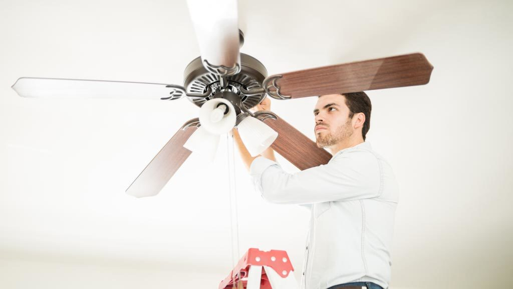 Como instalar un ventilador de techo en exteriores e interiores