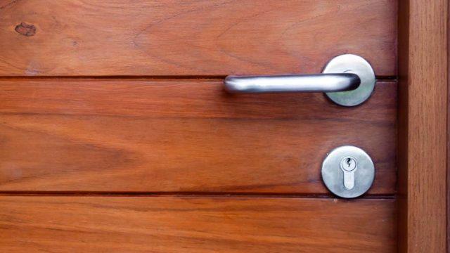 Sabes que accesorios necesitas para complementar tu puerta de caoba2